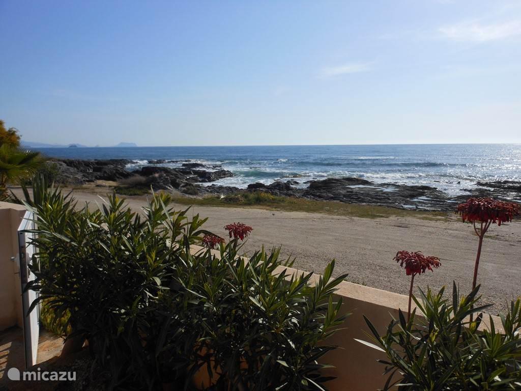 Strandzicht vanuit de tuin.