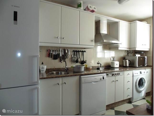 Keuken met nieuwe elektrische toestellen.