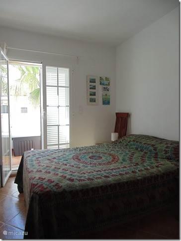 Kleine slaapkamer met terras.