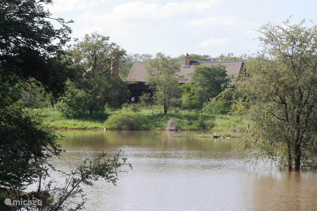 Uitzicht op de lodge vanaf de overzijde van het meertje