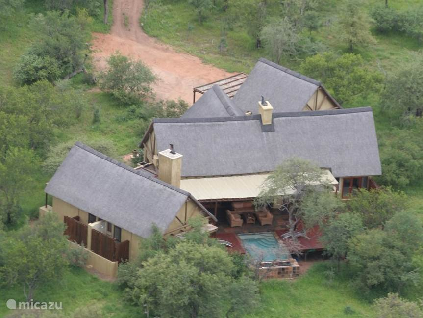 Luchtfoto van de safari lodge
