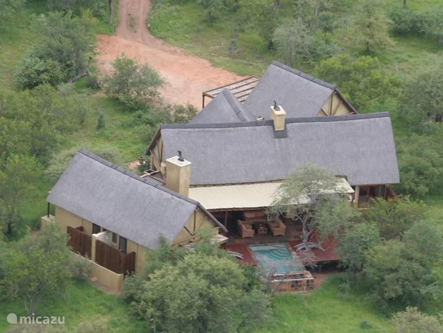 Luchtfoto van de safari lodge