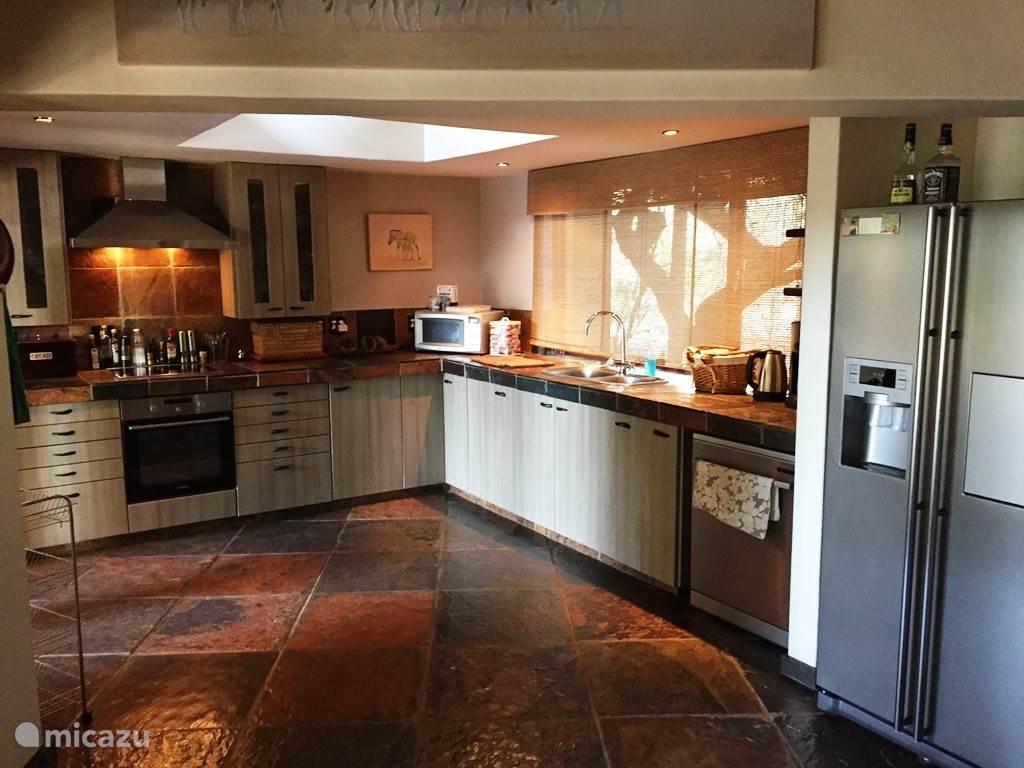 Keuken voorzien van alle apparatuur en amerikaanse koelkast met ijblokjes machine