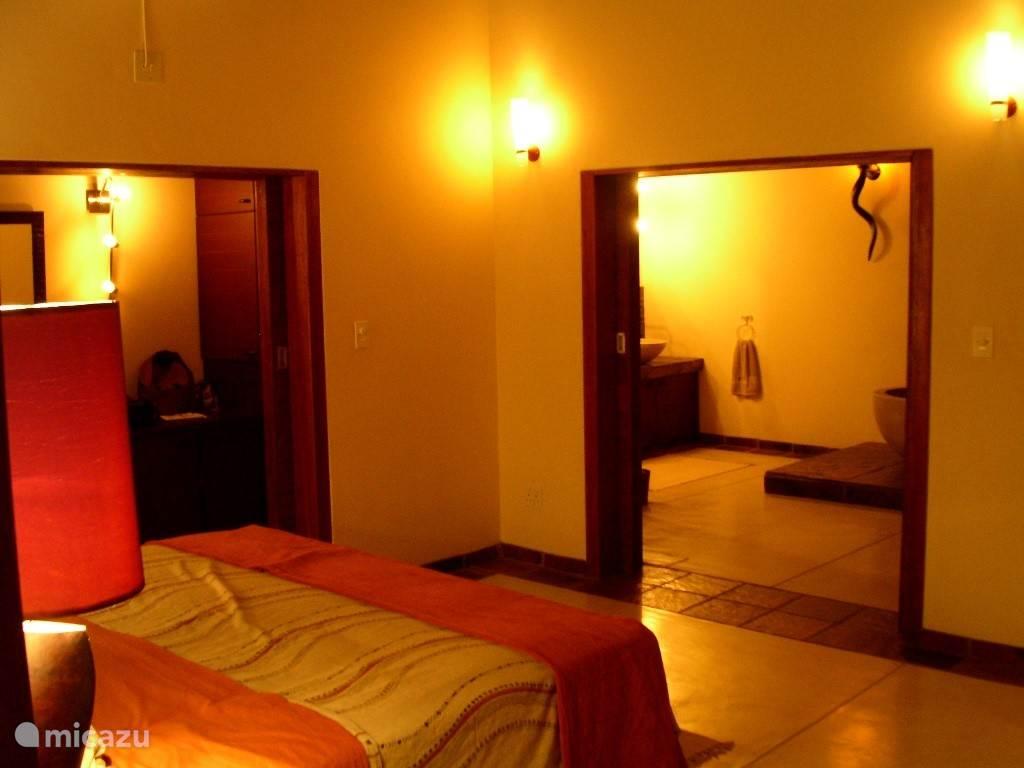 Master slaapkamer met doorkijk naar ensuite badkamer