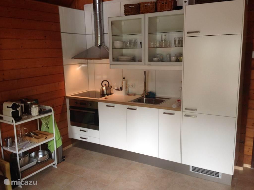 De keuken is zeer compleet ingericht met vaatwasser, combi-magnetron, koelkast met vriesvakje en inductiekookplaat.