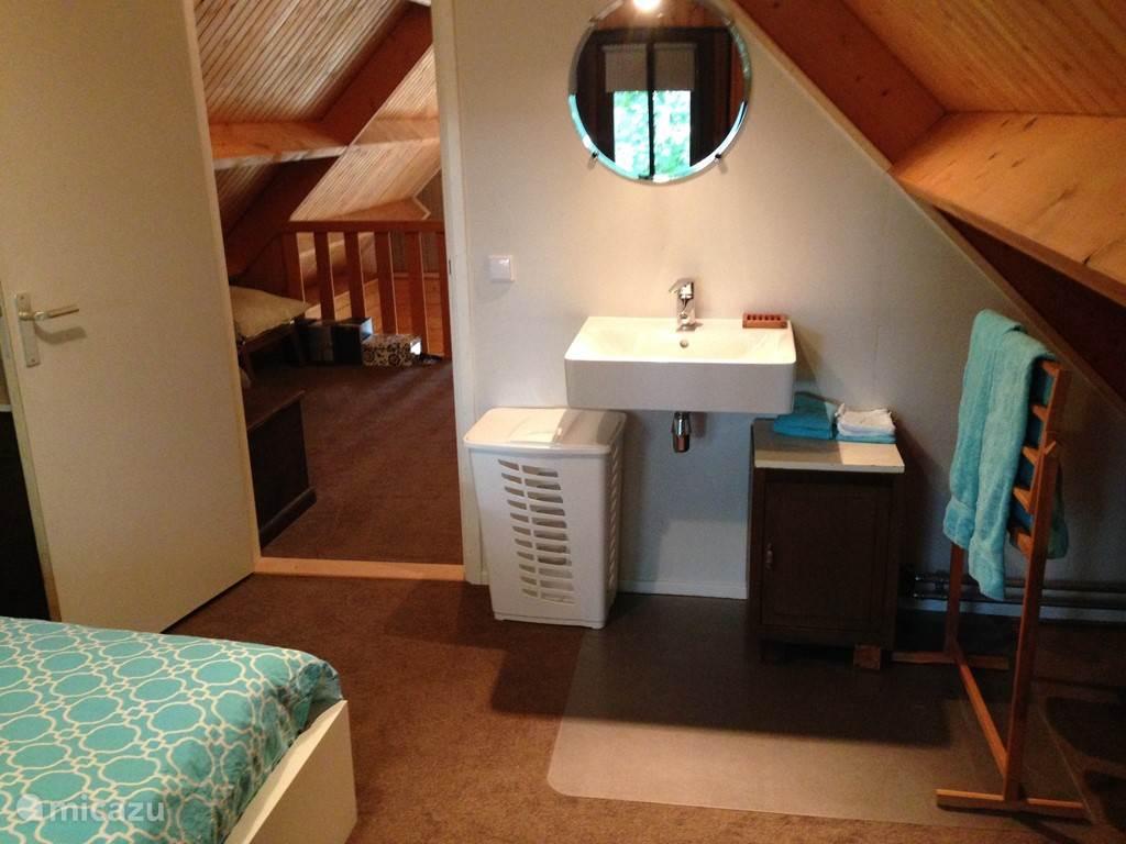 De ouderslaapkamer heeft een wastafel en op de overloop bevindt zich het tweede toilet.