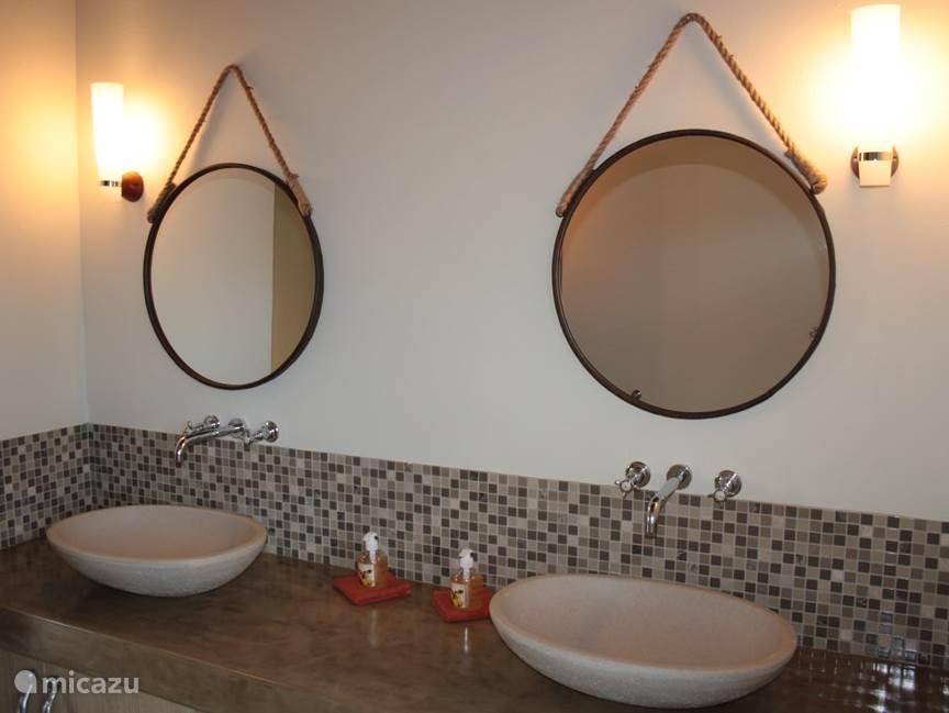 Gasten badkamer met inloop douche, dubbele wastafels en buiten douche