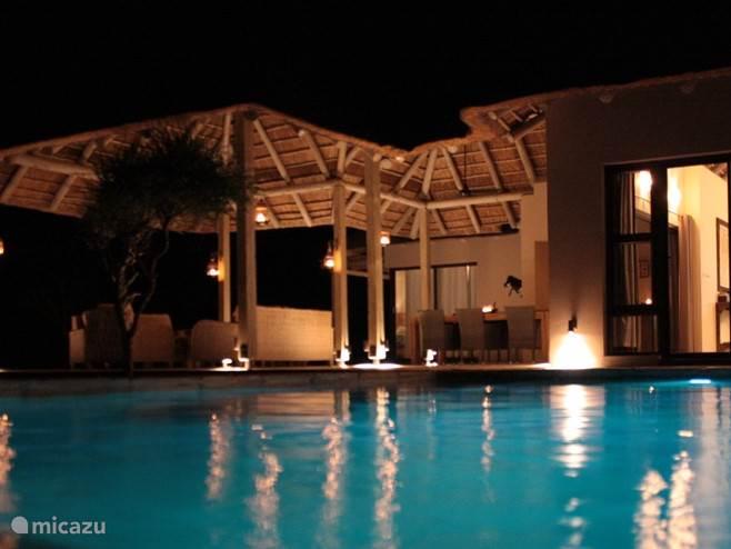 Het zwembad in de avond sfeervol verlicht