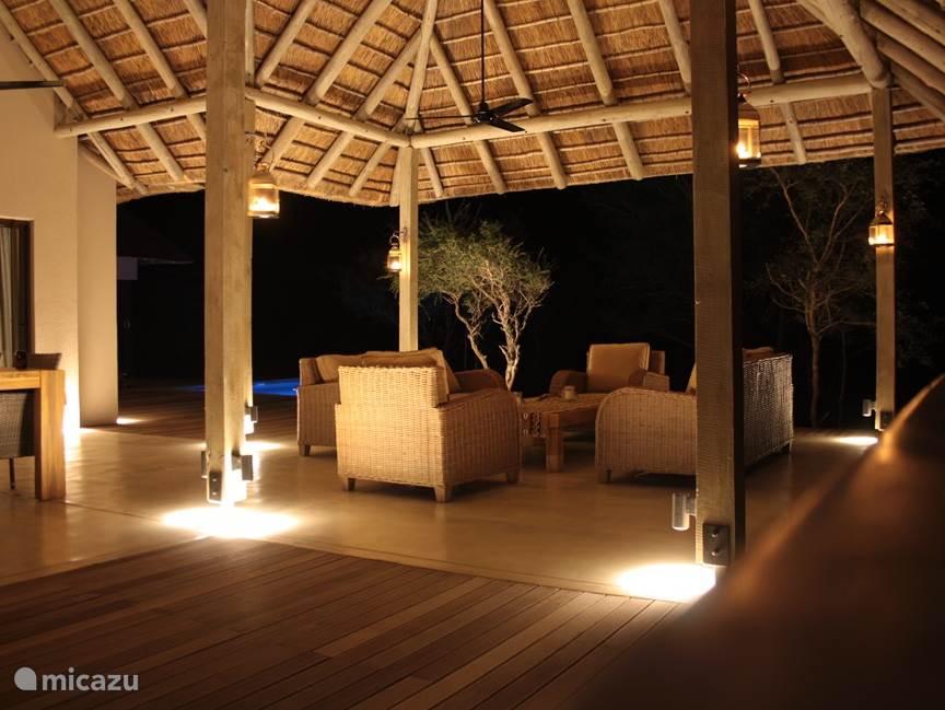 Prachtig verlichte overdekte patio