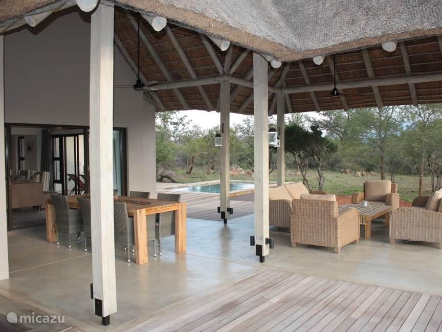 Overdekte patio en zwembad