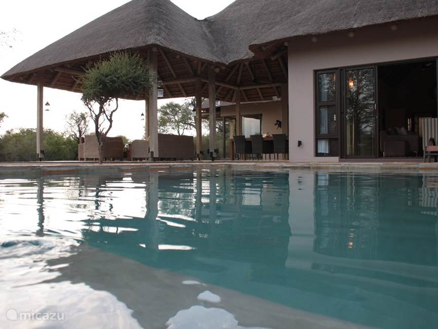 Zwembad en overdekte patio