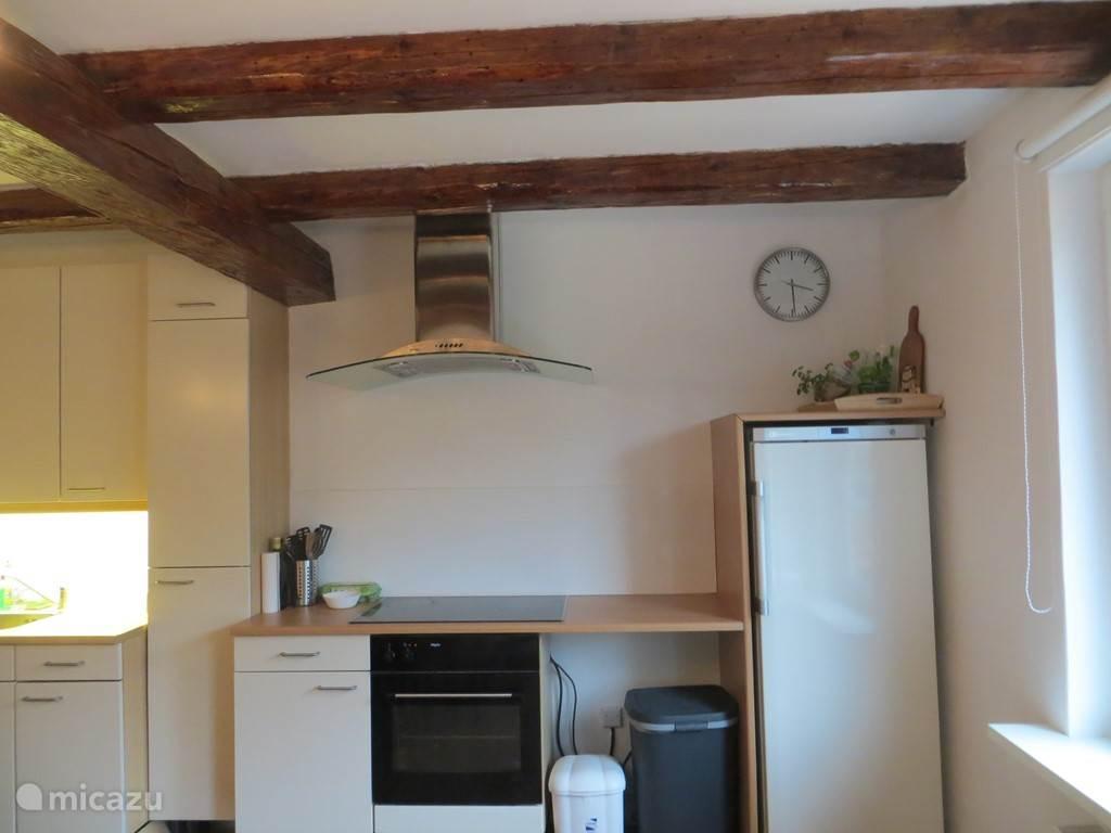 Keuken met ruime kookplaat en grote koelkast