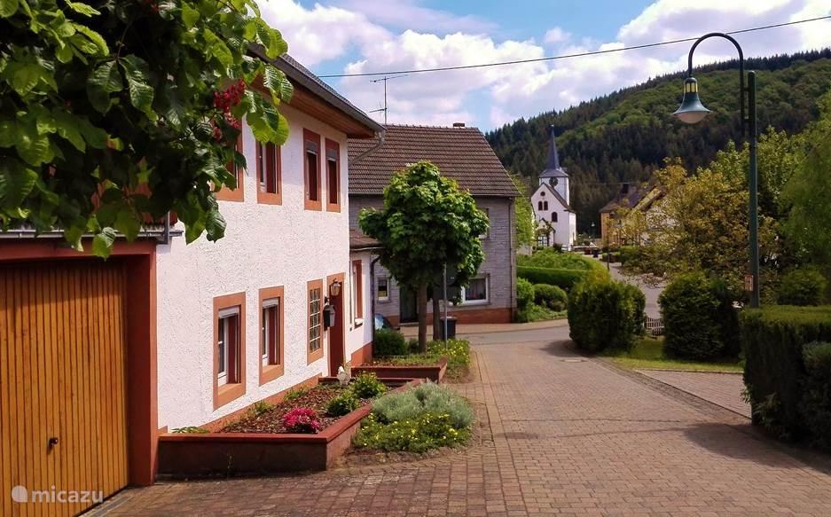 Het vakantiehuis is een voormalige boerenwoning uit 1848. Nu helemaal gerenoveerd en gelegen in het dorp Niederstadtfeld in de Vulkaaneifel. Een rustig dorp, gelegen tussen de heuvels van de Eifel. Een mooie uitvalsbasis voor wandelingen, fietstochten of mooie ritten met de auto.