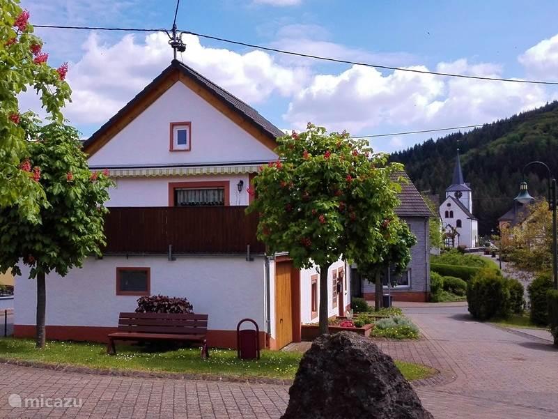 Het huis ligt midden in het dorp.