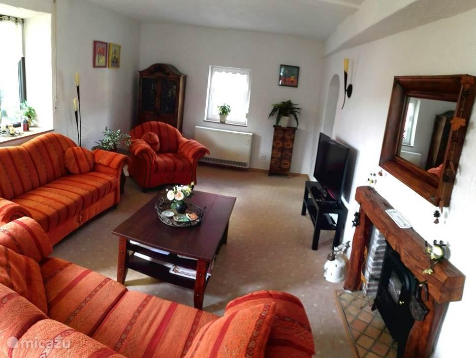 De woonkamer bevindt zich op de eerste etage. De woonkamer is voorzien van een 2-zitsbank, een 2,5 zitsbank en fauteuil. Hierin een flatscreen TV met CanalDigitaal (Nederlandse zenders) en DVD speler. Vanuit de woonkamer heeft u toegang tot het riante dakterras.