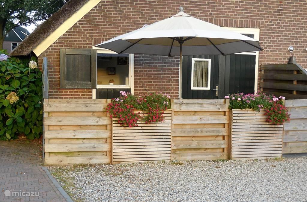 een eigen terras met tuinset