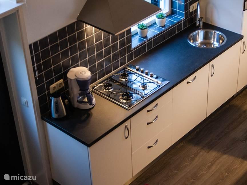 Keuken met alle gewenste apparatuur.