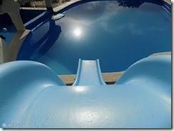 .zwembad met glijbaan