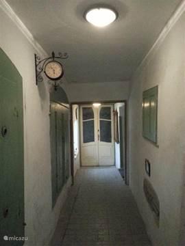 Entre met Hal ruim 400 jaar oude Luiken de originele luiken en deuren.