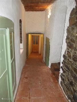 Gang naar het gasten verblijf dat verbouwd is met een vierpersoonskamer en een tweepersoonskamer.