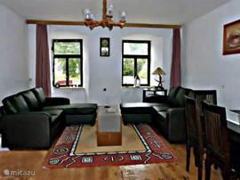 Gezellige ruime woonkamer met uitzicht op het plantsoen. tv aanwezig en heerlijk koel in de zomer.