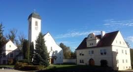 Tegen over de villa staat de kerk naast het kasteel.