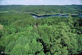 Tsjechisch Canada Ten oosten van Ceske Budejovice ligt Jindrichuv Hradec. De staatsburcht en het kasteel vormen in deze plaats het derde grootste kastelencomplex in Tsjechië. Jindrichuv Hradec ligt in een prachtig natuurgebied ook wel Tsjechisch Canada genoemd. Een aanbeveling waard.