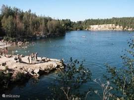 Het zwemmeer op 100 meter afstand van het huis. aan de overkant van het meer is een duiksportclub waar je ook afspraken kunt maken om je perslucht flessen bij te vullen. Of bijvoorbeeld om duiklessen te volgen. Of voor de geordenden is het mogelijk onder begeleiding om te ijsduiken.