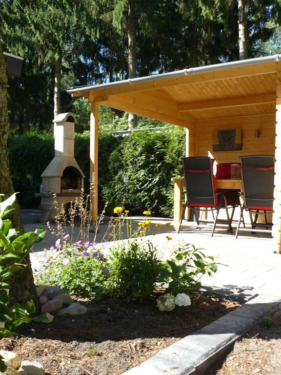 Ruime en fraai aangelegde tuin met veranda, terrashaard/BBQ.