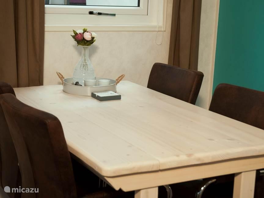 Eetkamer, uitklapbare tafel met 4 comfortabele stoelen