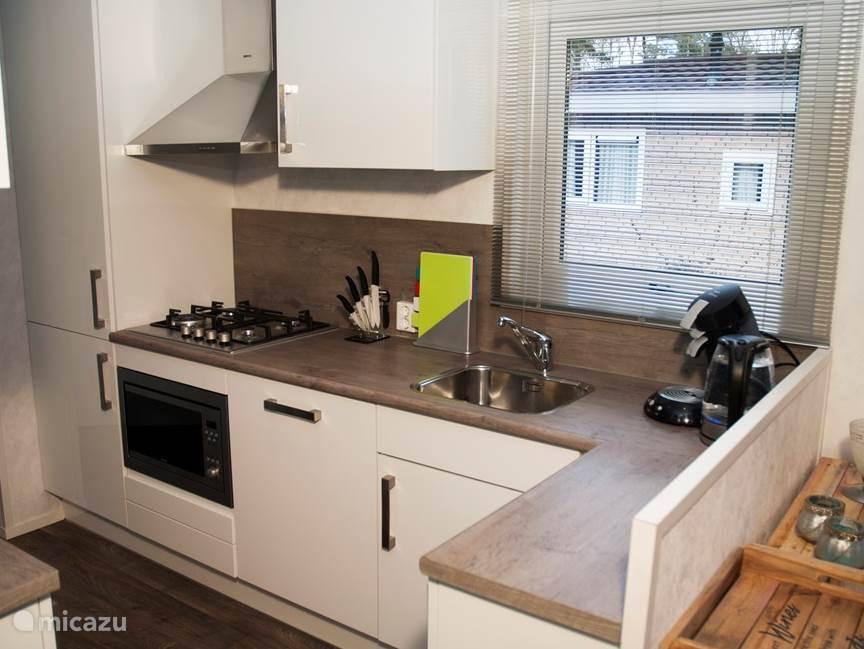 Ruime L-keuken, van alle moderne gemakken voorzien