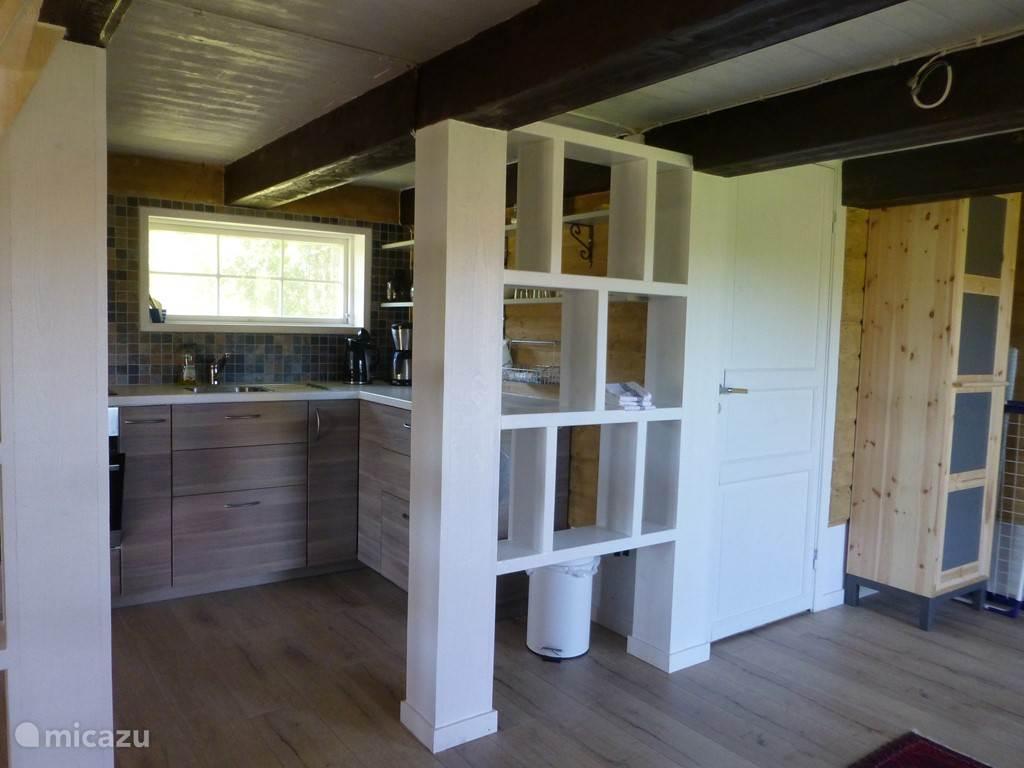 De ruime keuken is van alle gemakken voorzien. Rechts: badkamer en toilet