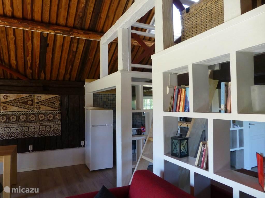 De keuken en de woonkamer zijn gescheiden door een 'open' wand die het interieur licht en lucht geeft.