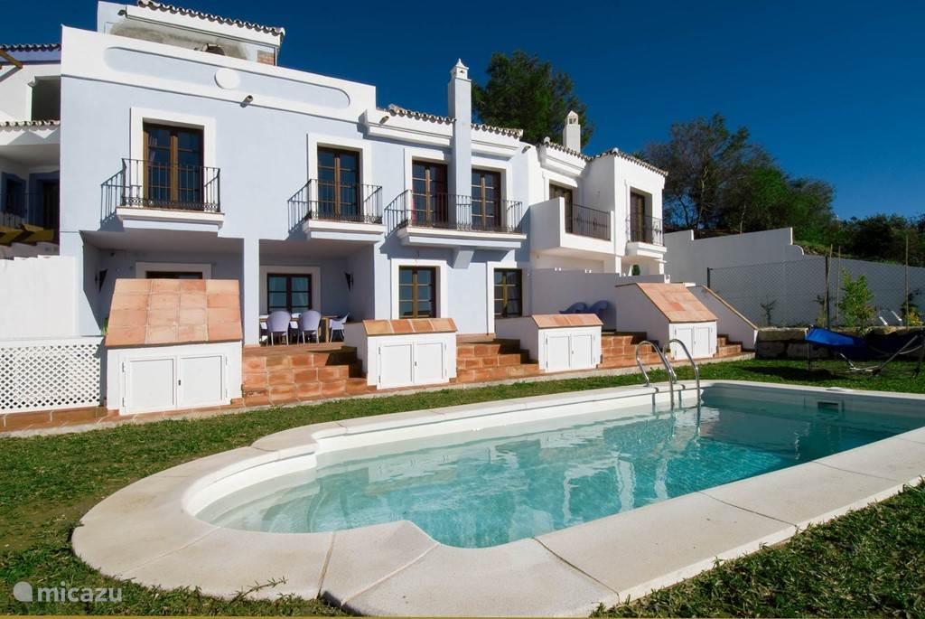 Het huis, de tuin, het terras en het zwembad.