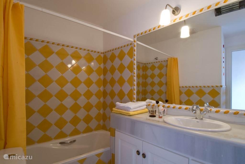 De 'gele' badkamer.
