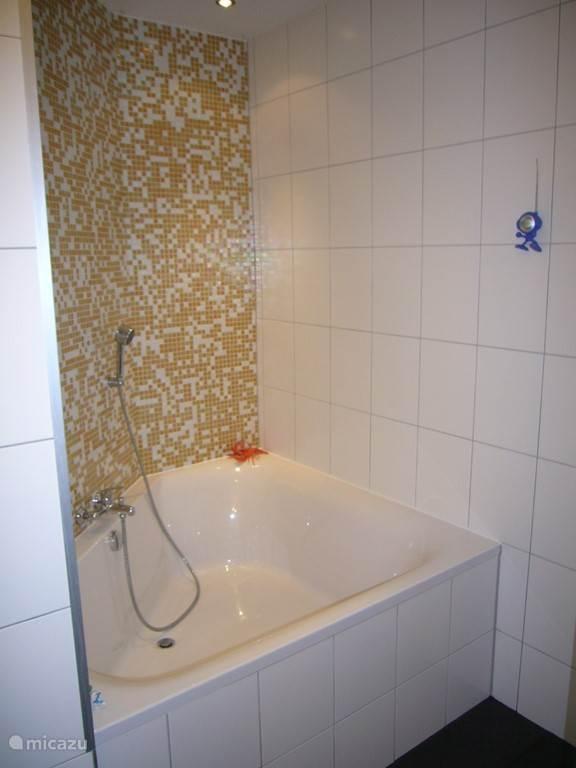 Een ruime badkuip