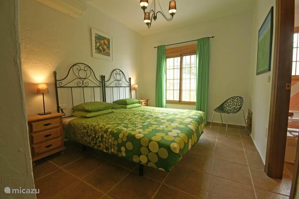 Slaapkamer 1, met aangrenzende badkamer.