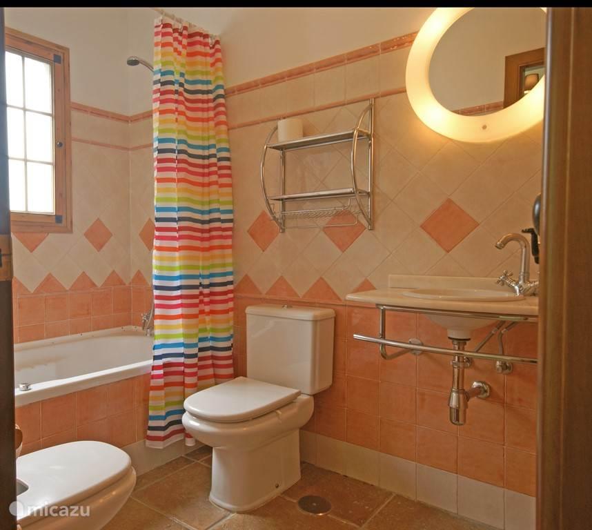 Badkamer aangrenzend aan slaapkamer 1. met bubbelbad, toilet, bidet en wastafel.