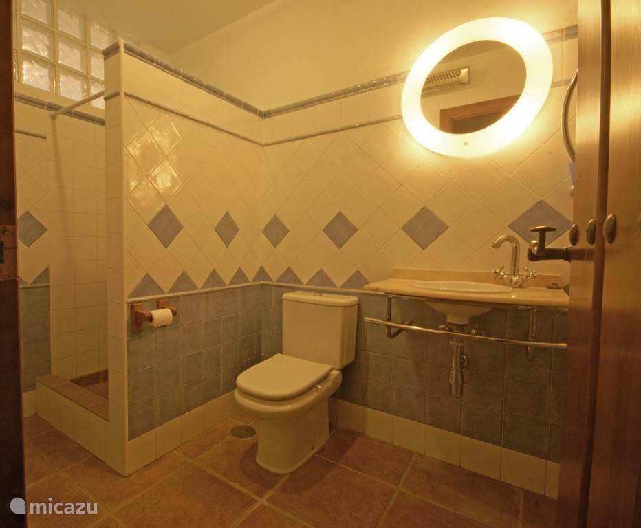 Badkamer, behorende bij slaapkamers 1 en 2.