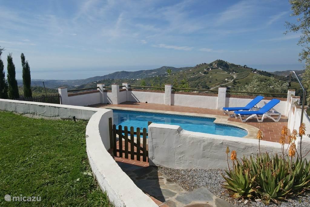 Ook vanaf het zwembad kunt U genieten van het prachtige uitzicht.