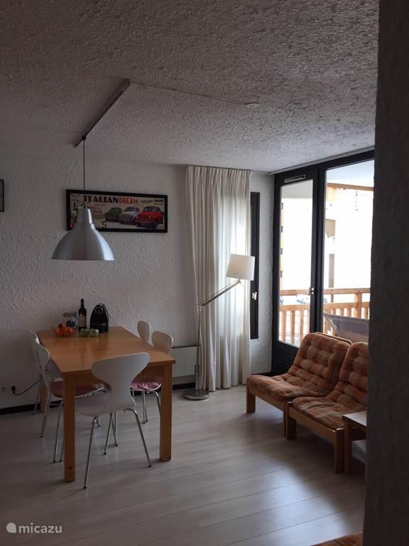 De woonkamer is licht en geeft toegang tot het balcon. Het appartement heeft laminaat in alle kamers en is voorzien van centrale vloerverwarming.