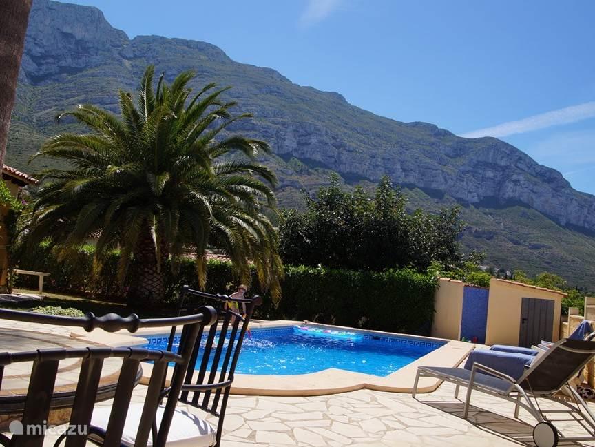 Tweede terras met zicht op de Montgo en zwembad