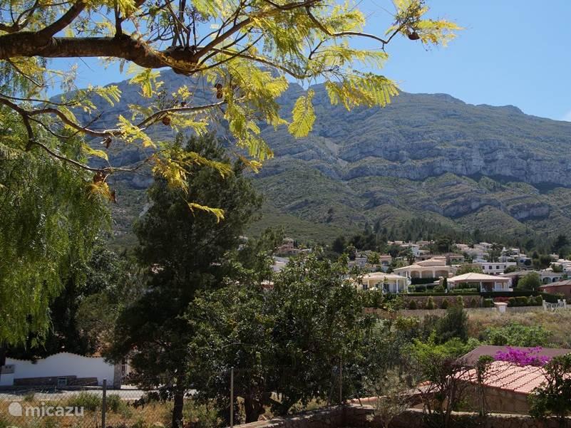 Uitzicht achterkant van het huis, Op de Montgo, die te beklimmen is. En het zicht vanuit de hangmat.