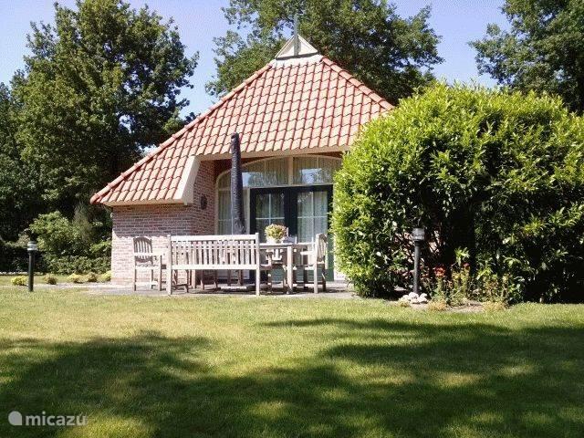 Zuidzijde AA-Reestryck. AA-Reestryck heeft tuindeuren naar het terras en de grote tuin op het zuiden met trampoline. Terras met tuinmeubilair.