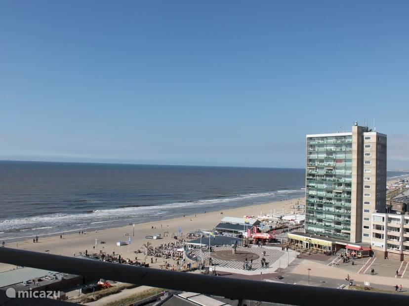 Vanaf het balkon heeft u uitzicht op de boulevard en het strand
