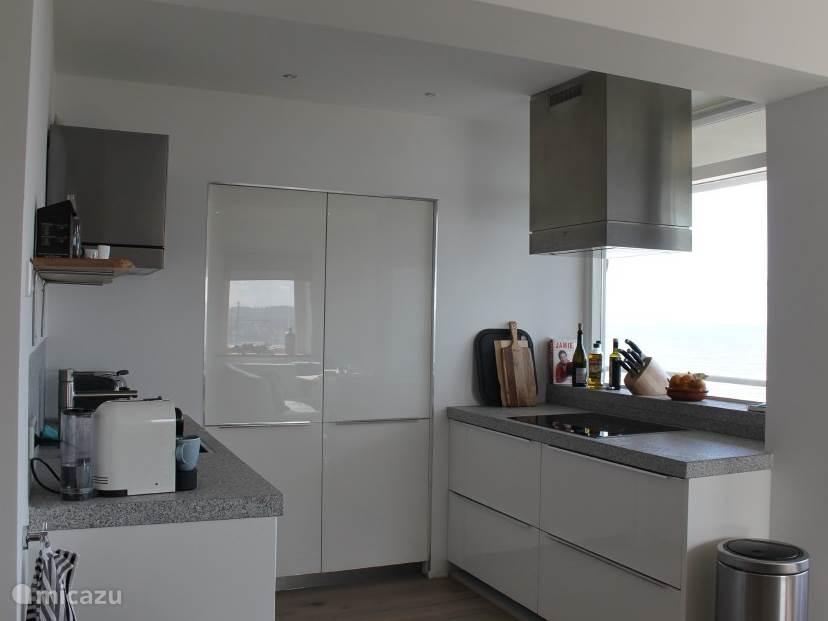 Keuken met vaatwasser, koelkast, vriezer, oven , inductie kookplaat en Nespresso