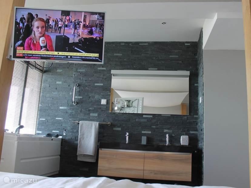 Tv kijken vanuit bed. De bedden ( Swiss Sense ) zijn elektrisch verstelbaar