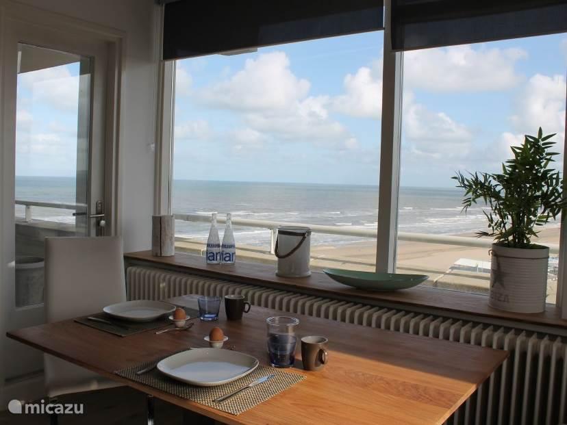 Eettafel met uitzicht op zee