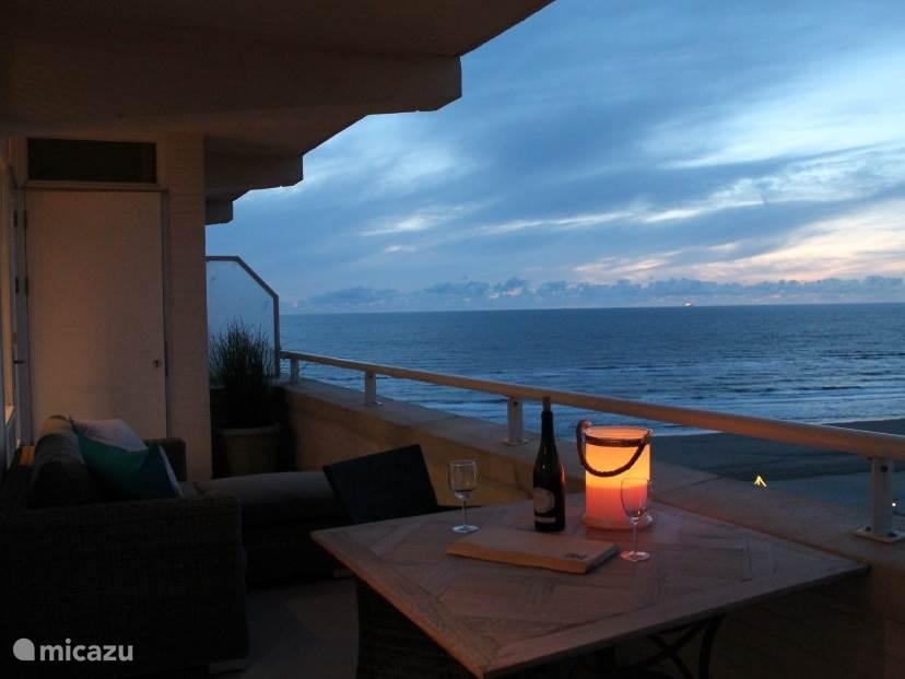 Romantisch, genieten van de zonsondergang