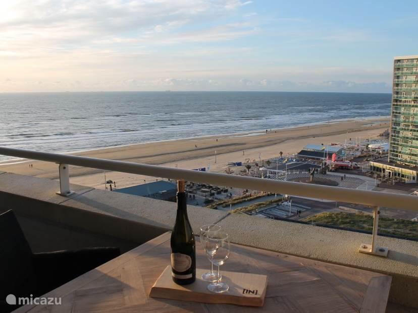 Heerlijk genieten van een wijntje op het balkon in de laatste avond zon